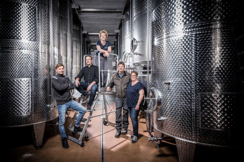 Team des Bio Weingutes Hemer aus Abenheim im Weinkeller