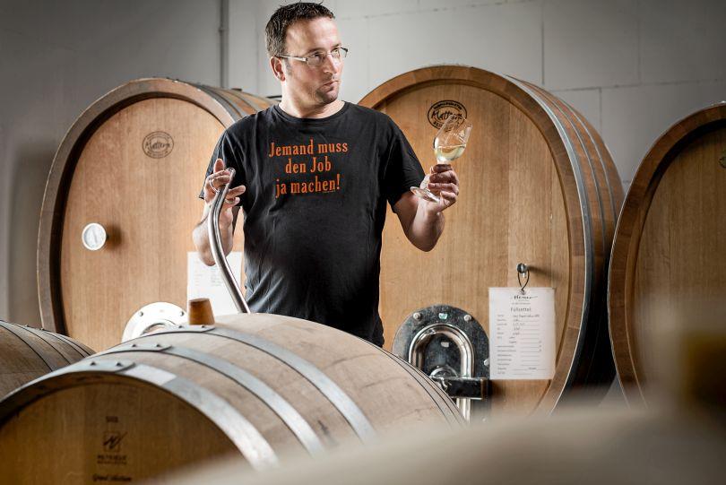 Andreas Hemer bei der Qualitätsprüfung seines Bioweines