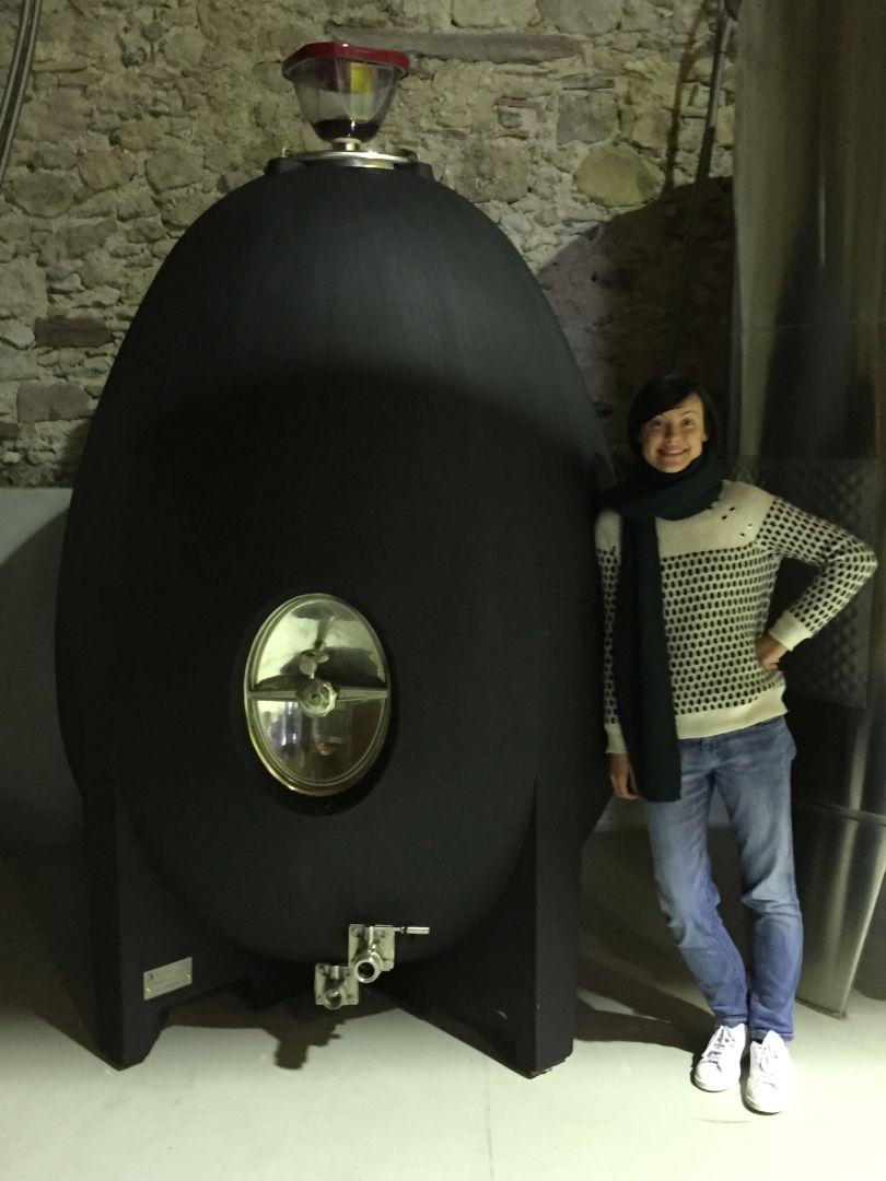 Jessica Servet lehnt an Beton-Ei