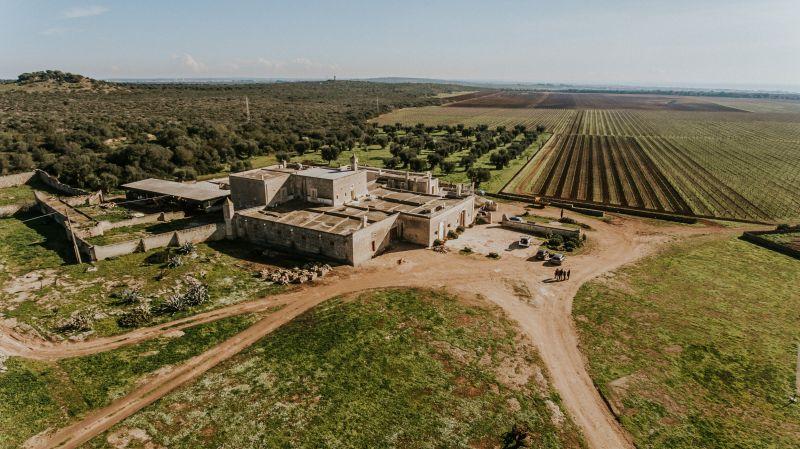 Das Bioweingut Cuturi aus der Vogelperspektive mit Weinbergen