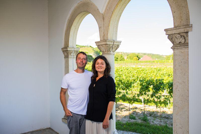Niki und Andrea Moser im Atrium mit Blick auf die Reben