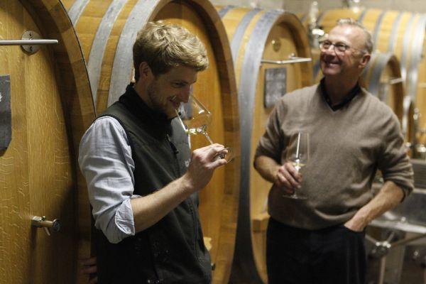 Bio Demeter Weingut Peter Jacob Kühn im Keller vor Stockinger Holzfässern mit Riesling