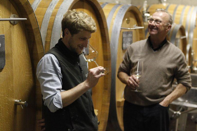 Weingut Peter Jacob Kühn Peter Jakob Kühn im Keller vor Stockinger Holzfässern mit Riesling
