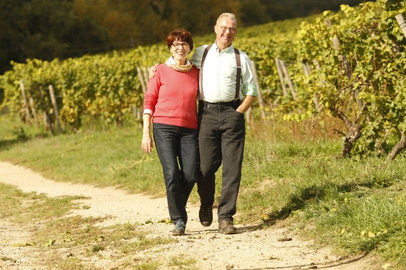 Peter Jacob Kühn und Angela Kühn spazieren im Riesling Weinberg