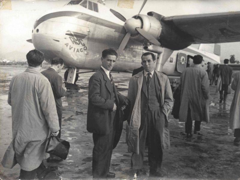 Die Brüder Langa vor dem Flugzeug